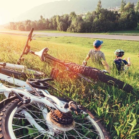 Vélo posé dans l'herbe